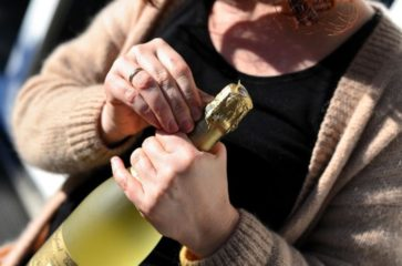 how to open wine bottle without corkscrew